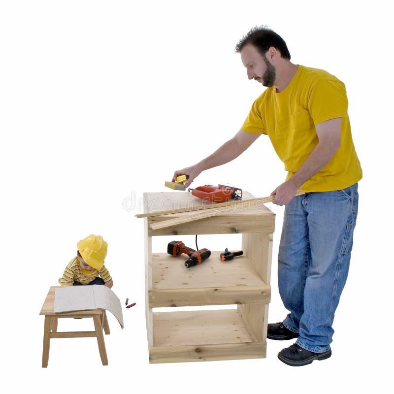 Padre e hijo de la forma de vida de la familia que trabajan junto imágenes de archivo libres de regalías