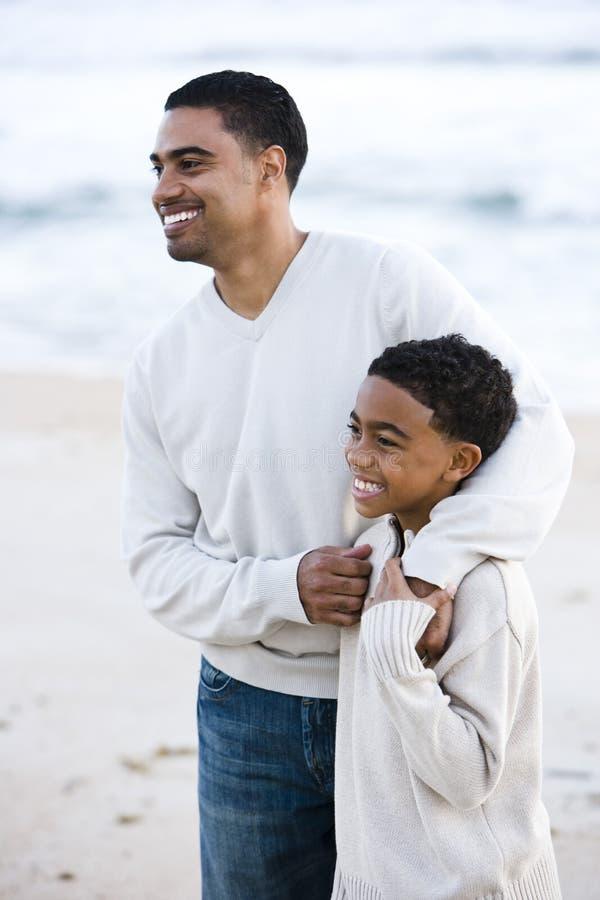 Padre e hijo del African-American en la playa fotos de archivo libres de regalías