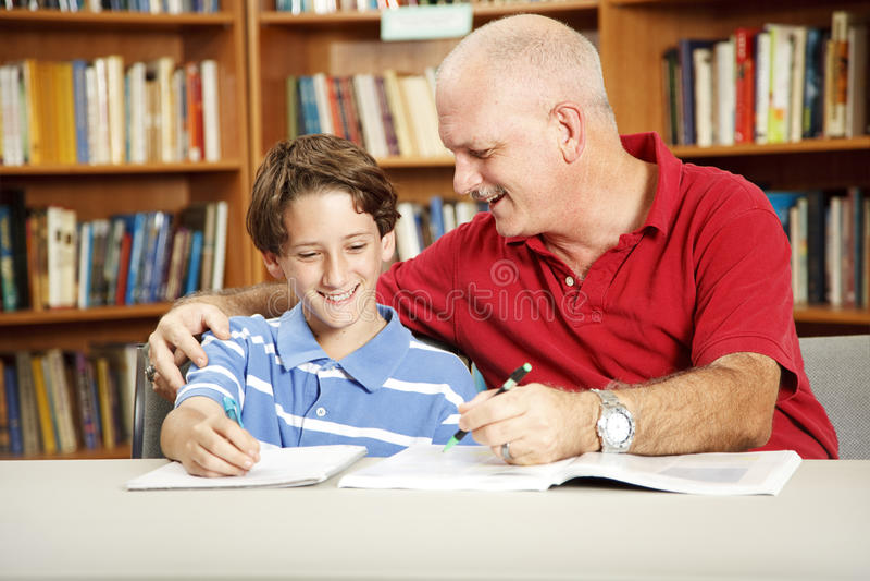 Padre e hijo en biblioteca imágenes de archivo libres de regalías