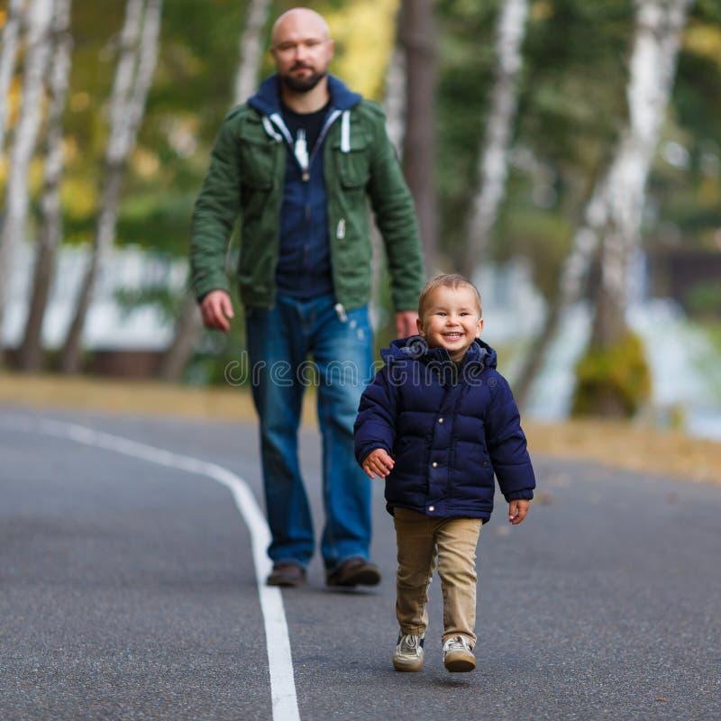 Padre e hijo en caída imagen de archivo