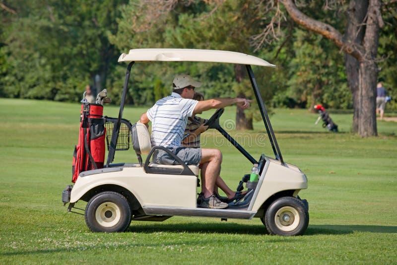 Padre e hijo en carro de golf imagen de archivo libre de regalías