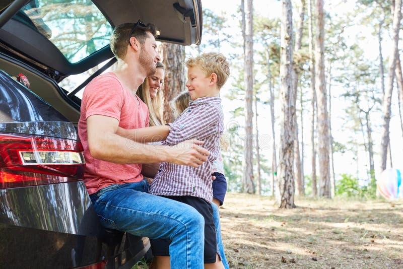 Padre e hijo en el coche en una parada del resto fotografía de archivo