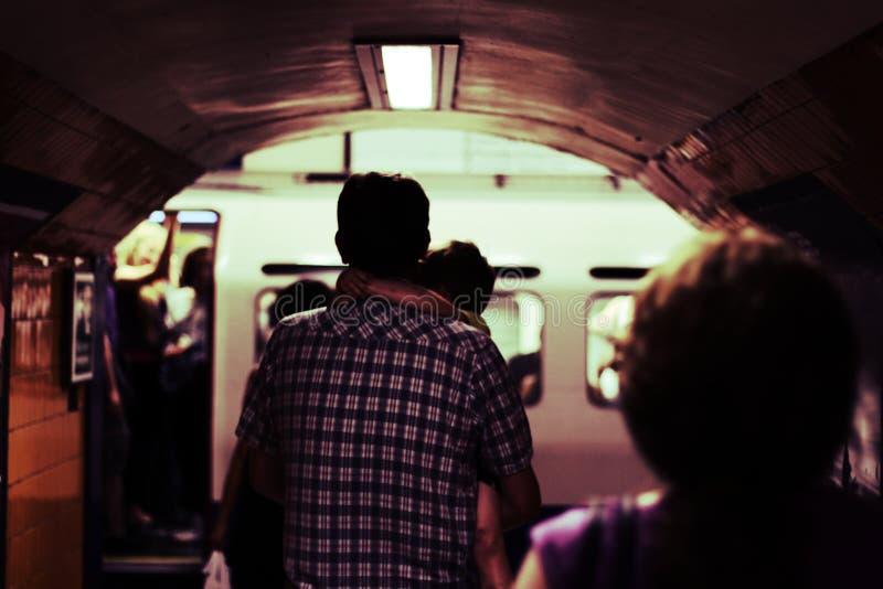 Padre e hijo en Londres subterráneo imagen de archivo libre de regalías