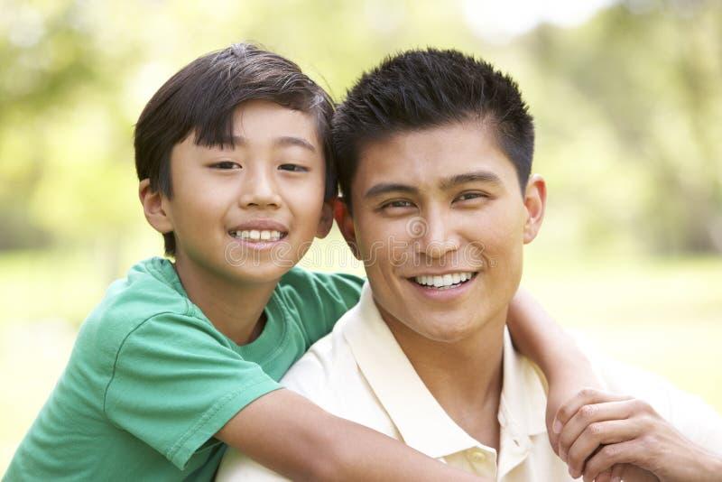 Padre e hijo en parque imagen de archivo libre de regalías