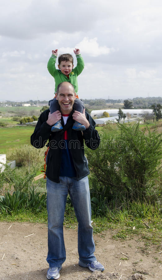 Padre e hijo en un alza foto de archivo libre de regalías
