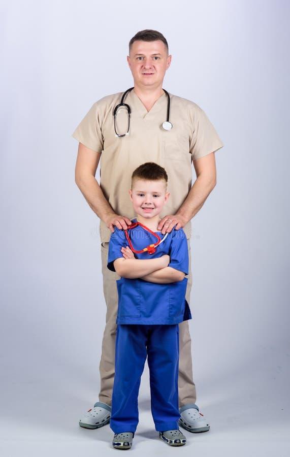 padre e hijo en uniforme m?dico M?dico de cabecera Medicina y salud ni?o feliz con el padre con el estetoscopio poco imágenes de archivo libres de regalías