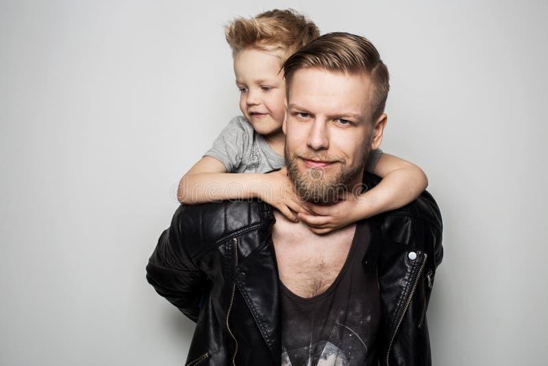 Padre e hijo felices Día de padres fotografía de archivo libre de regalías