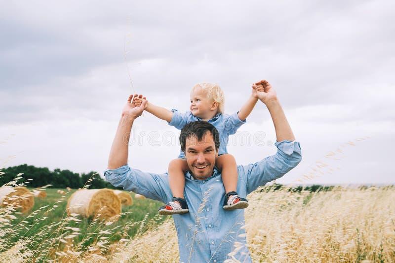 Padre e hijo felices en la naturaleza en el día de verano Familia al aire libre fotografía de archivo libre de regalías