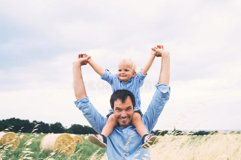 Padre e hijo felices en la naturaleza en el día de verano Familia al aire libre imagenes de archivo