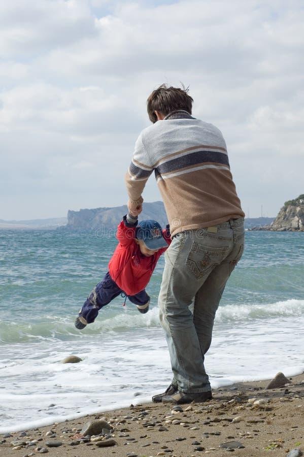 Download Padre E Hijo Felices En La Playa Imagen de archivo - Imagen de horizontal, costa: 7277275