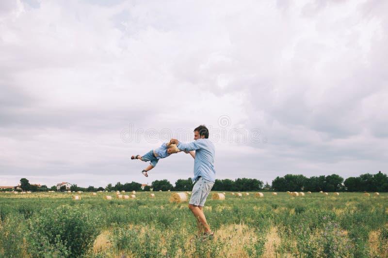 Padre e hijo felices Familia al aire libre junto imagen de archivo