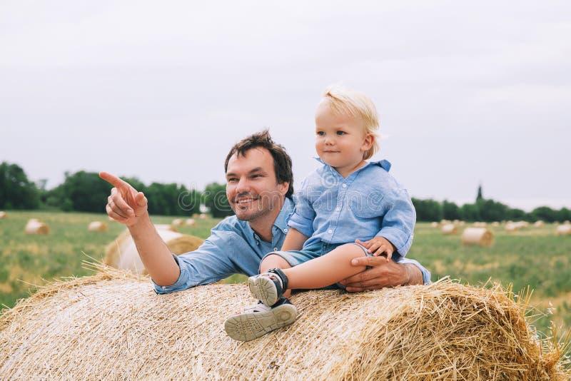 Padre e hijo felices Origen familiar imágenes de archivo libres de regalías