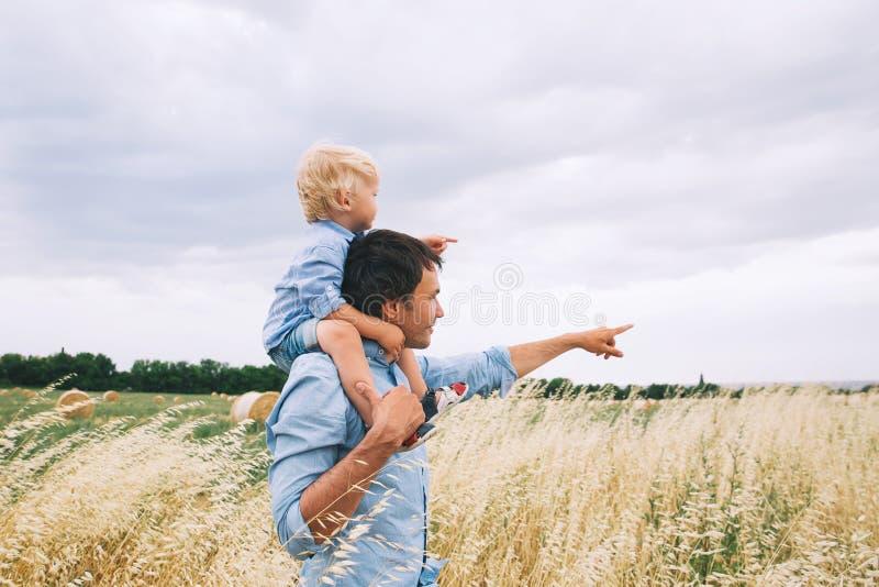 Padre e hijo felices Origen familiar foto de archivo libre de regalías
