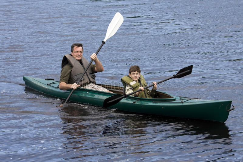 Padre e hijo Kayaking imagen de archivo