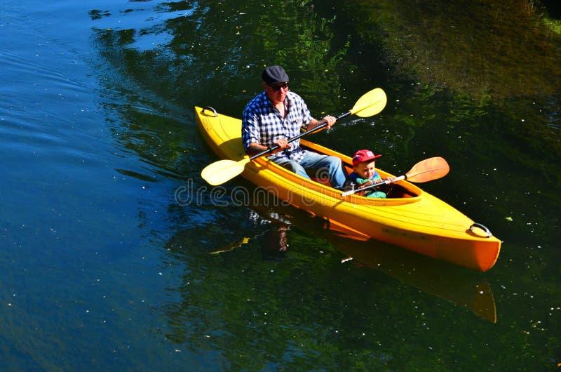 Padre e hijo kayaking en el río Christchurch - nuevo Zea de Avon imagenes de archivo