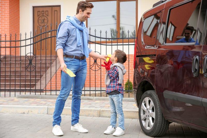 Padre e hijo listos para limpiar el coche imagen de archivo libre de regalías