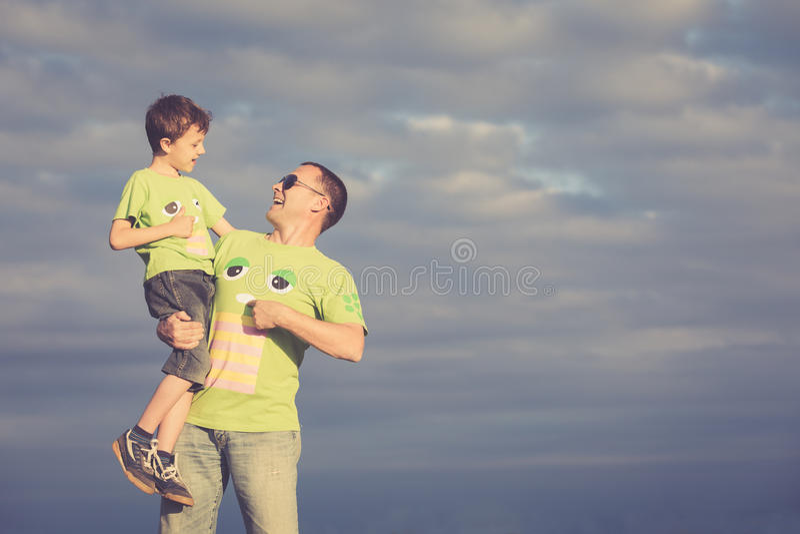 Padre e hijo que caminan en el camino en el tiempo del día imagen de archivo libre de regalías