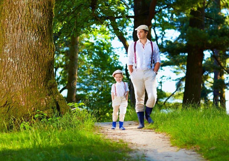 Padre e hijo que caminan la trayectoria de bosque fotos de archivo