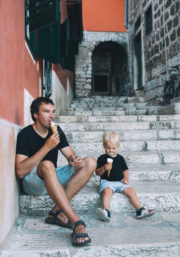 Padre e hijo que comen junto el helado al aire libre fotos de archivo libres de regalías
