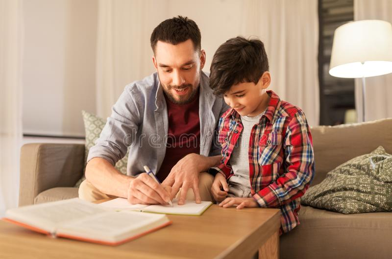 Padre e hijo que hacen la preparaci?n junta foto de archivo libre de regalías