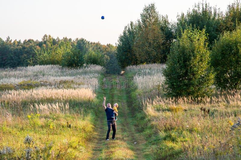 Padre e hijo que juegan con la bola fotos de archivo libres de regalías