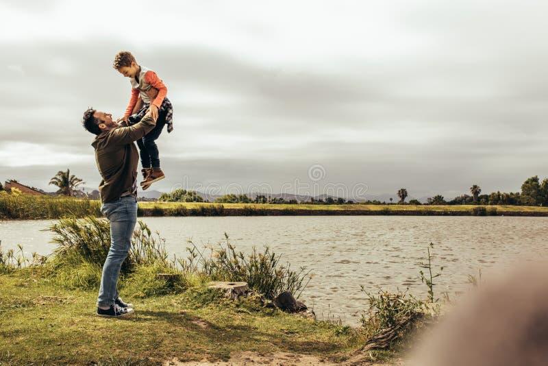 Padre e hijo que juegan con uno a fotografía de archivo