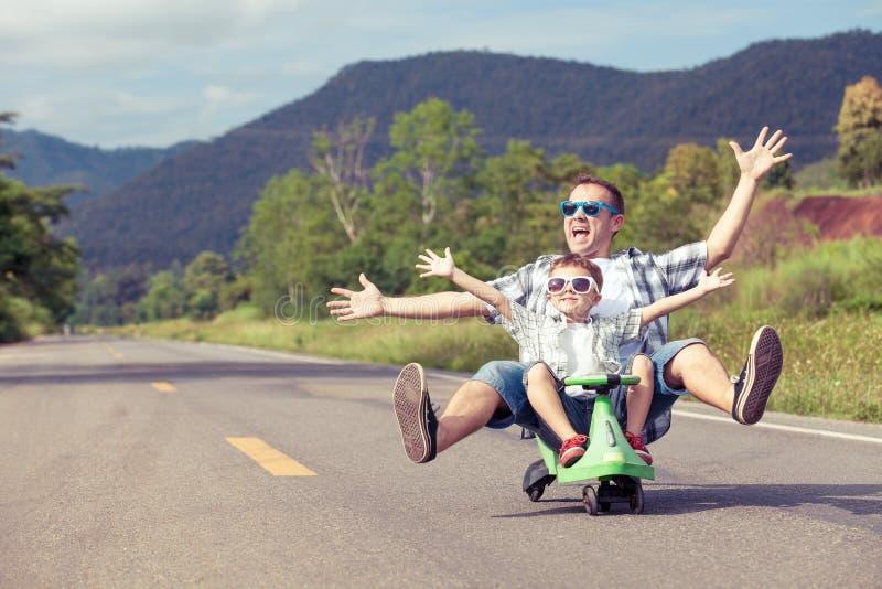 Padre e hijo que juegan en el camino imagen de archivo libre de regalías
