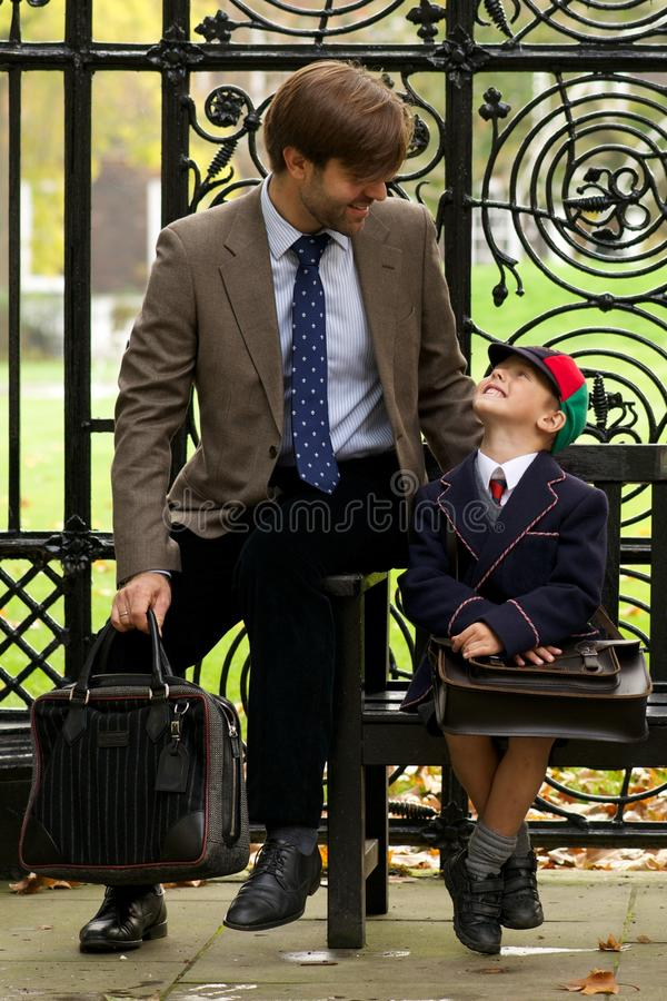 Padre e hijo que miran uno a imágenes de archivo libres de regalías