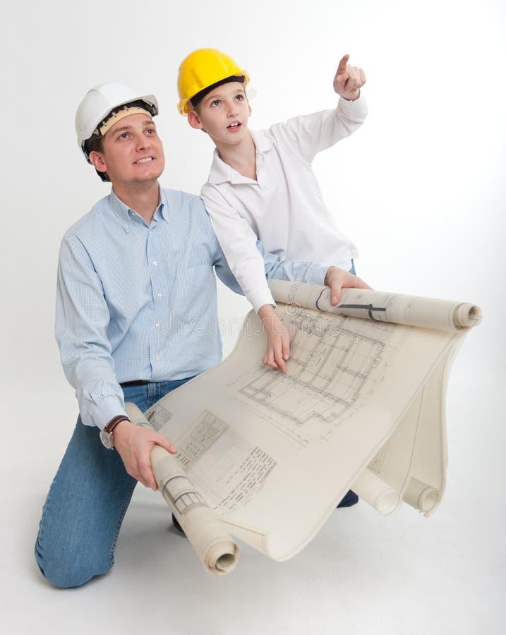 Padre e hijo que planean su hogar imagenes de archivo