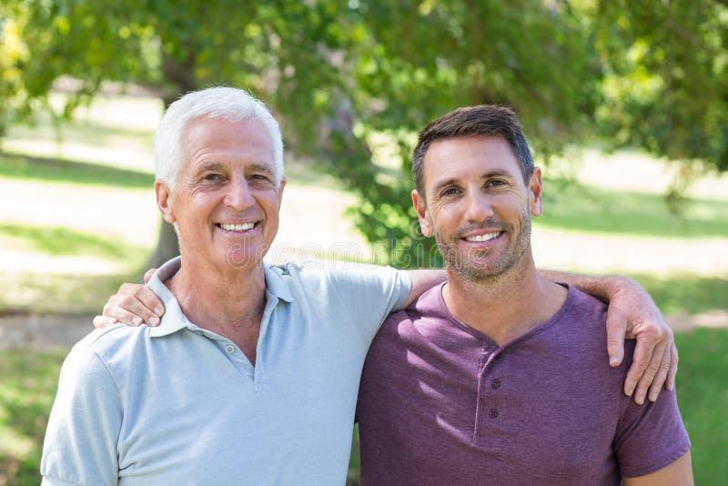 Padre e hijo que se divierten en el parque imagen de archivo