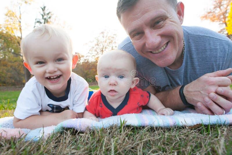 Padre e hijos afuera imagen de archivo