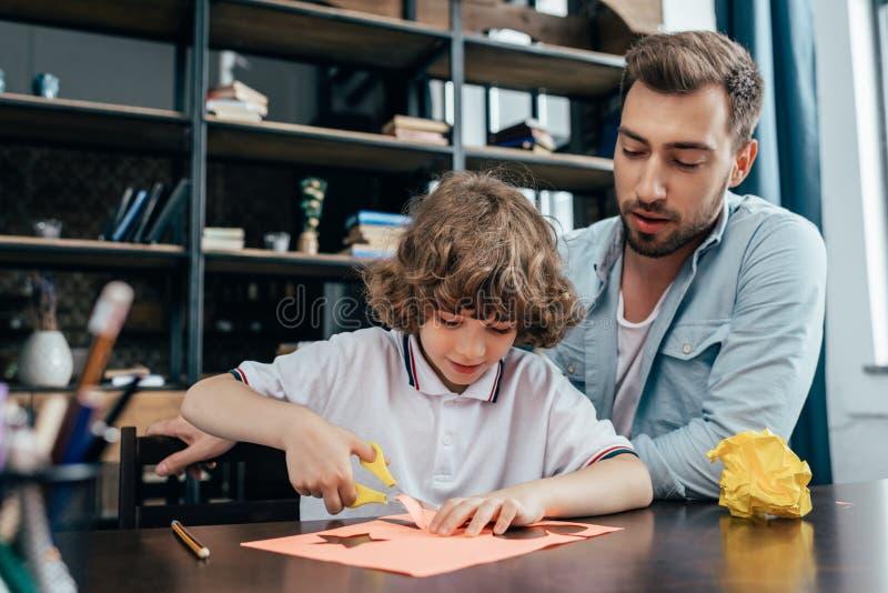 padre e piccolo figlio adorabile che fanno scultura immagini stock libere da diritti