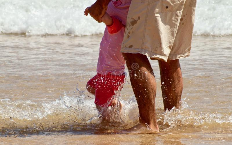 Padre e poca figlia all'oceano fotografie stock