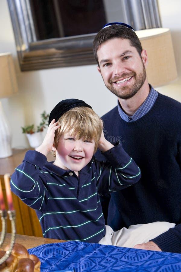 Padre e ragazzo che celebrano Hanukkah fotografia stock libera da diritti