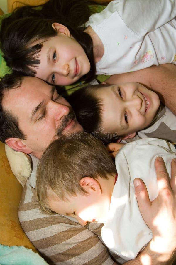 Padre e tre giovani figli immagine stock
