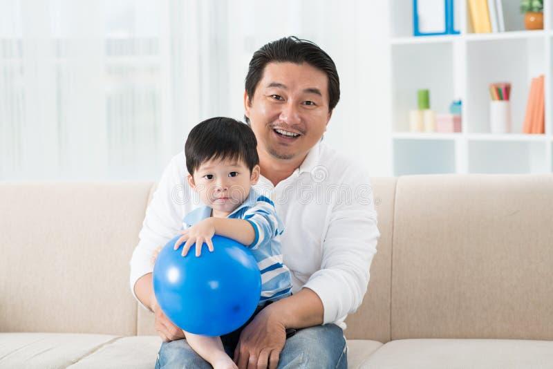 Padre ed il suo bambino immagine stock