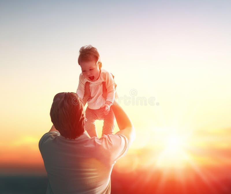 Padre ed il suo bambino fotografia stock libera da diritti