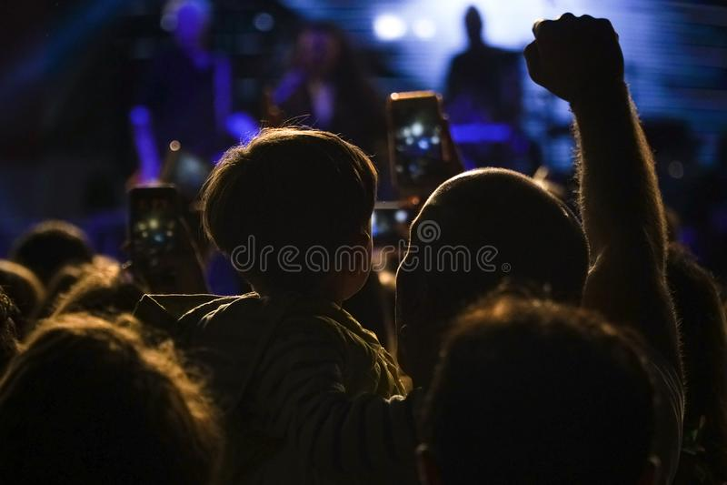 Padre ed il suo piccolo figlio in un concerto ad all'aperto immagini stock libere da diritti