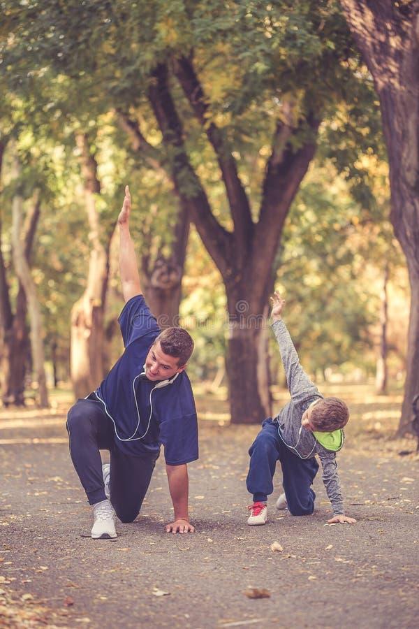 Padre ed suo figlio che risolvono insieme immagini stock libere da diritti
