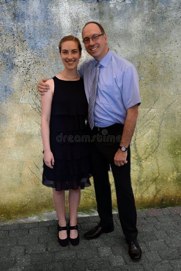 Padre elegante vestido y su hija imagenes de archivo