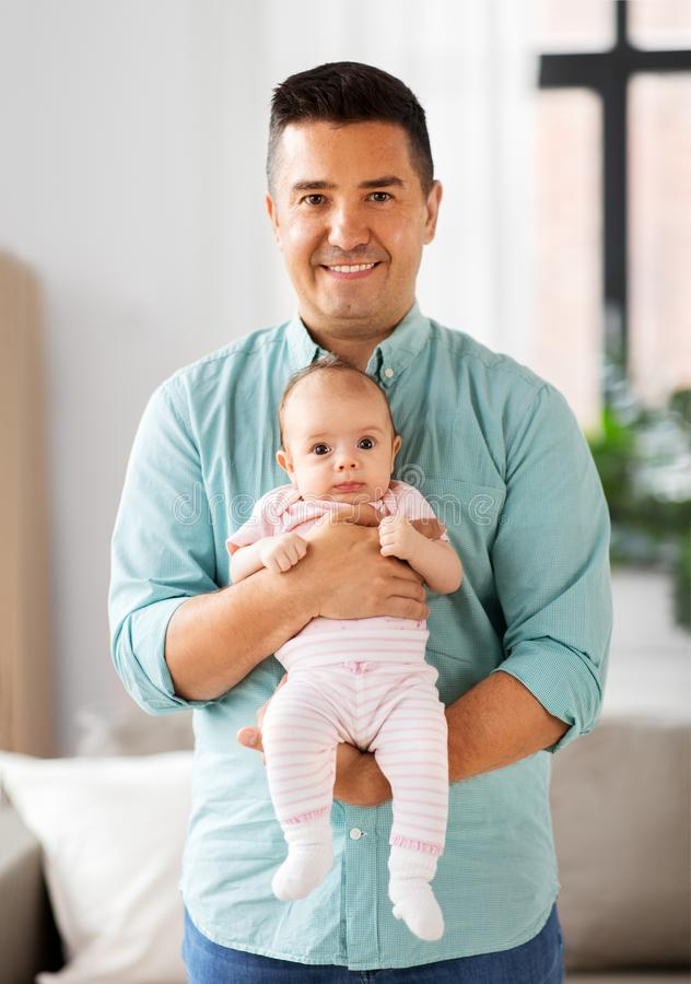 Padre envejecido medio con la hija del bebé en casa imágenes de archivo libres de regalías