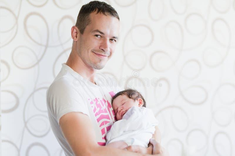 Padre felice che tiene il suo bambino Giovane padre che gioca con sua figlia fotografia stock