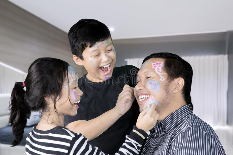 Padre felice con i bambini che giocano insieme immagini stock libere da diritti