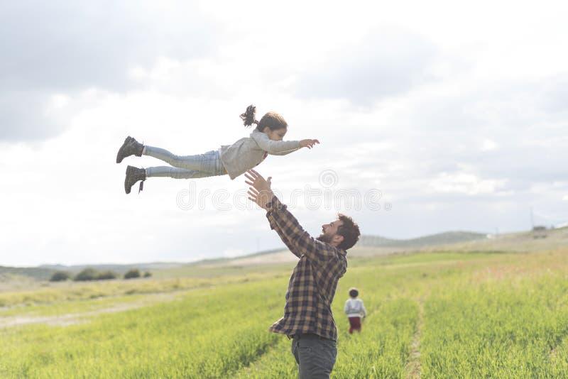 Padre felice con il derivato ed il figlio fotografia stock libera da diritti