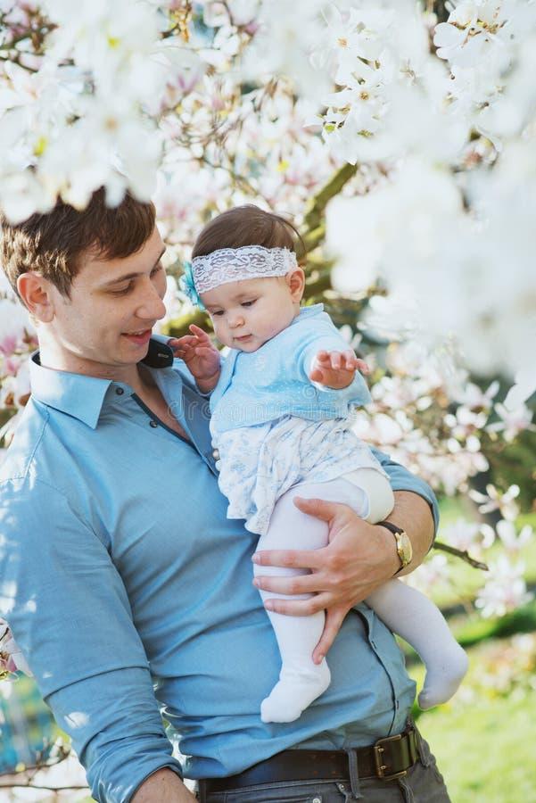 Padre felice con sua figlia sveglia immagine stock libera da diritti