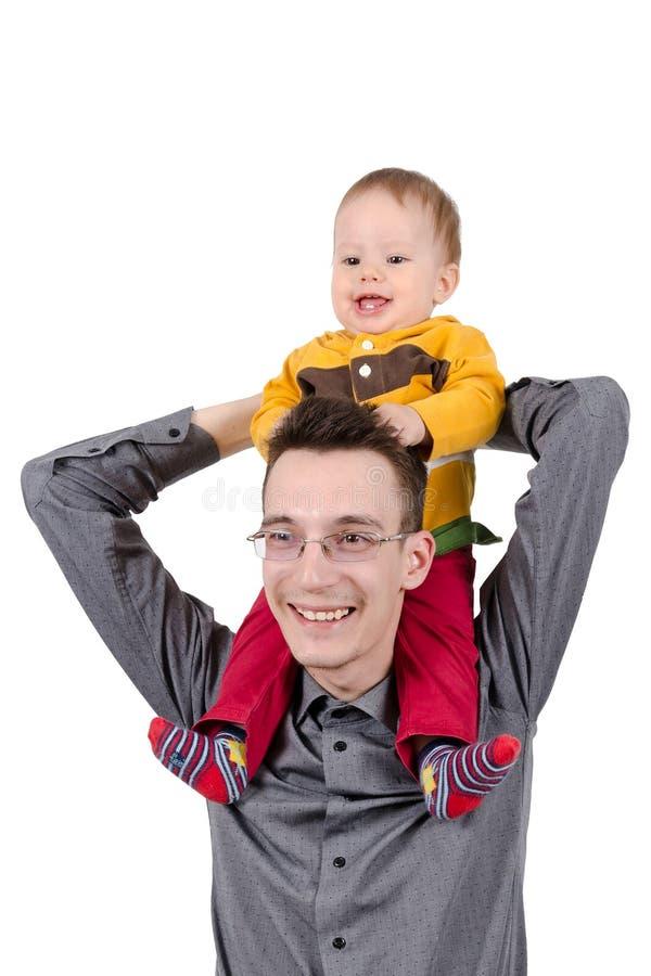 Padre felice con suo figlio sulle sue spalle fotografia stock