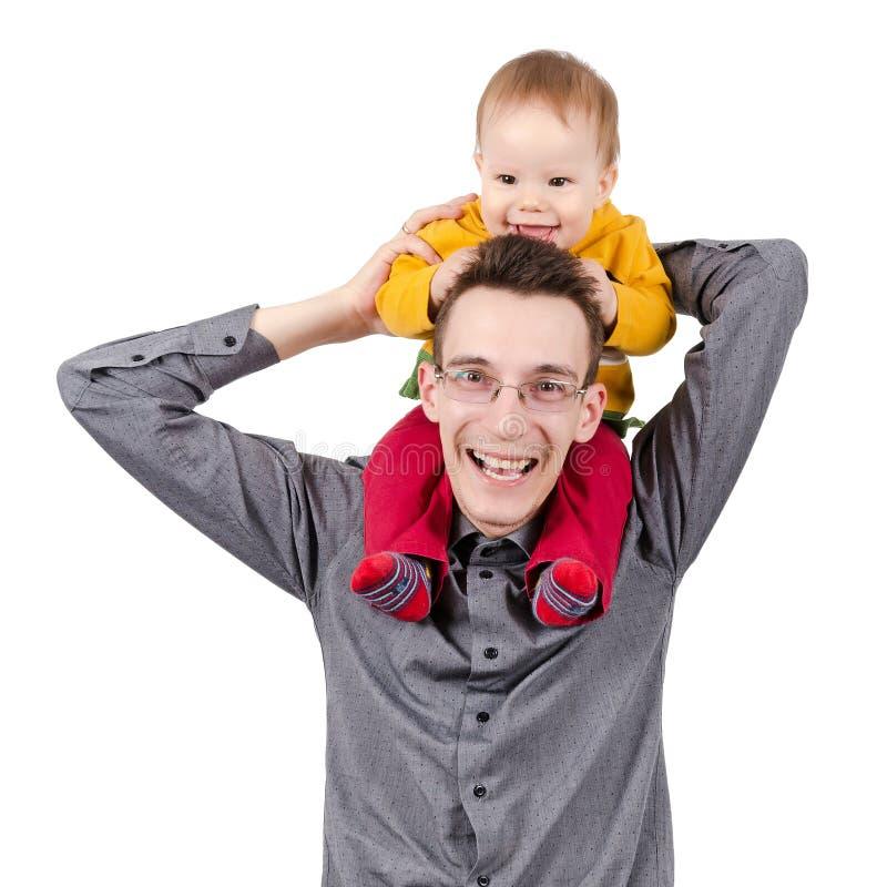 Padre felice con suo figlio sulle sue spalle fotografia stock libera da diritti