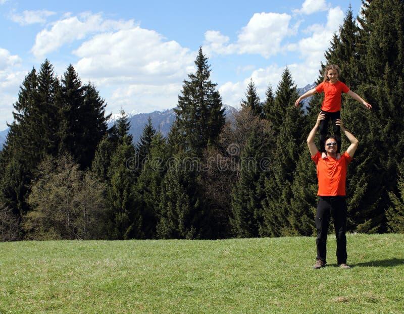 Padre felice e bambino del papà acrobatici fotografia stock libera da diritti