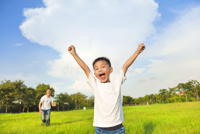 Padre felice e figlio che giocano nel prato fotografia stock