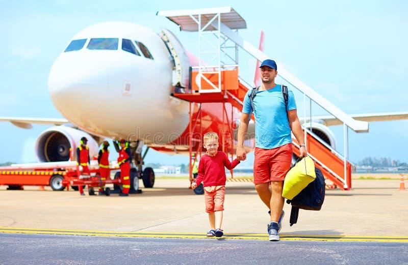 Padre felice e figlio dopo che hanno un viaggio sull'aeroplano immagine stock
